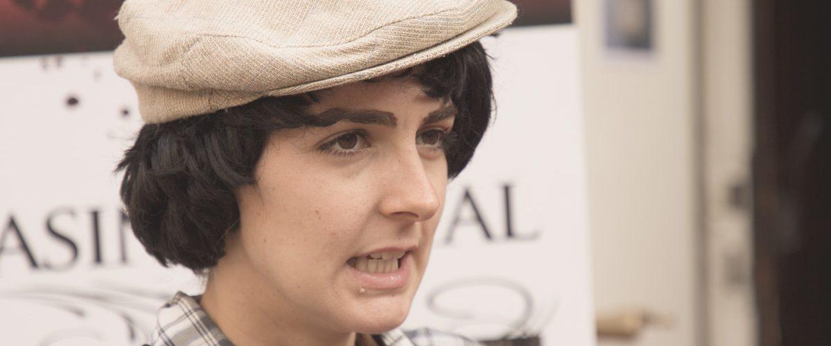 Kira Dietrich als Newsboy